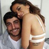 Thiago Magalhães segura placa para Anitta em bastidor de show: 'Me dá abraço'