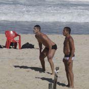 José Loreto exibe corpo sarado e joga futevôlei com Eri johnson em praia do Rio