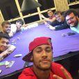 Neymar curte os amigos longe da namorada