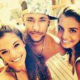 Neymar fez uma rápida viagem para o Japão e voltou para Ibiza em seguida. Por lá, foi novamente assediado por muitos fãs e atendeu aos pedidos de fotos com simpatia