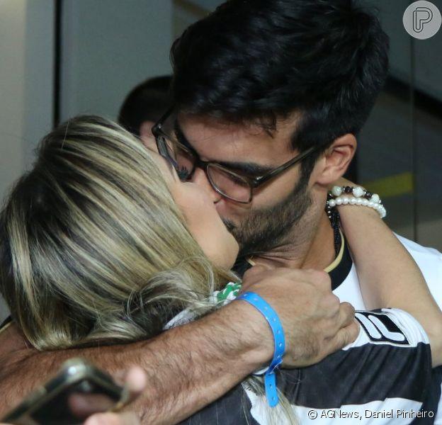 Anderson Tomazini e a namorada, Maria Fernanda Ximenes, trocaram beijos ao assistirem o jogo do Botafogo no Engenhão, na zona norte do Rio, nesta quinta-feira, 16 de agosto de 2018