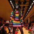 Todas as cores do arco-íris no look da marca Ashish