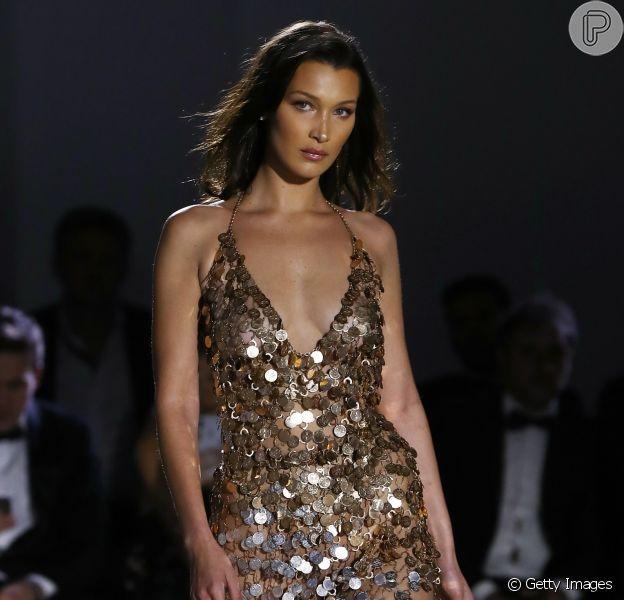 Paetês para todas as ocasiões: a tendência perfeita para quem ama brilhar! Look de noite desfilado por Bella Hadid em evento beneficente em Cannes
