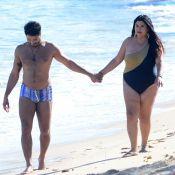 Fabiana Karla aposta em maiô de um ombro só para caminhar com namorado na praia
