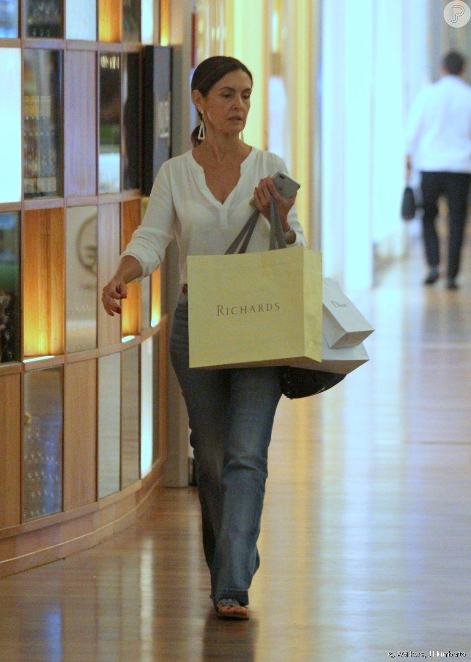 547b35ef381 Fátima Bernardes aposta em look casual e dispensa maquiagem para ir às  compras no shopping Village