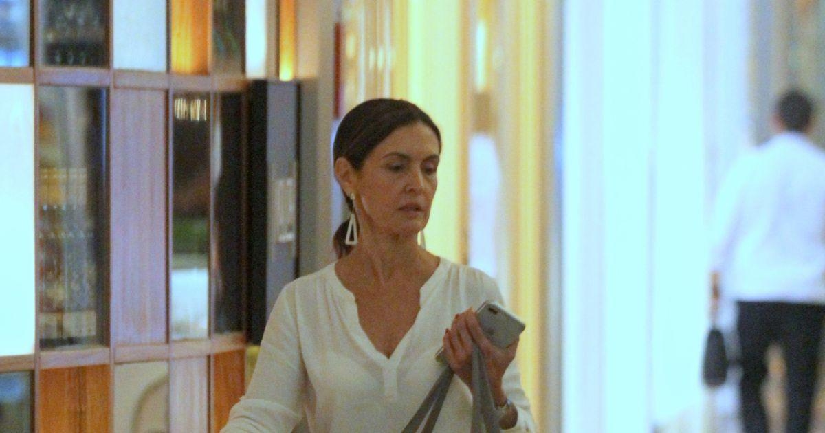 400a5e45854 Fátima Bernardes aposta em look casual e dispensa maquiagem para ir às  compras no shopping Village Mall