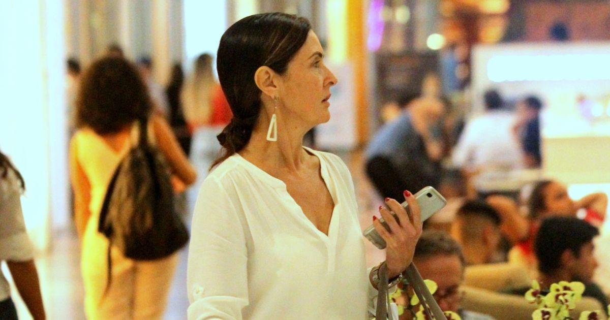 2b07d51dfec Fátima Bernardes dispensa maquiagem para ir às compras em shopping do Rio -  Purepeople