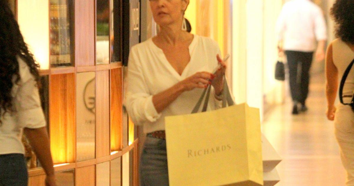 730b631e90a Fátima Bernardes aposta em look casual para ir às compras  blusão branco