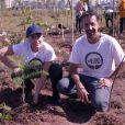 Angélica ajudou a plantar árvores em uma praça de São Paulo no 'Estrelas Solidárias', em 22 de agosto de 2017
