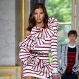 Anos 80 na moda: a Balmain apostou no ombro único e nos babados para o verão 2019