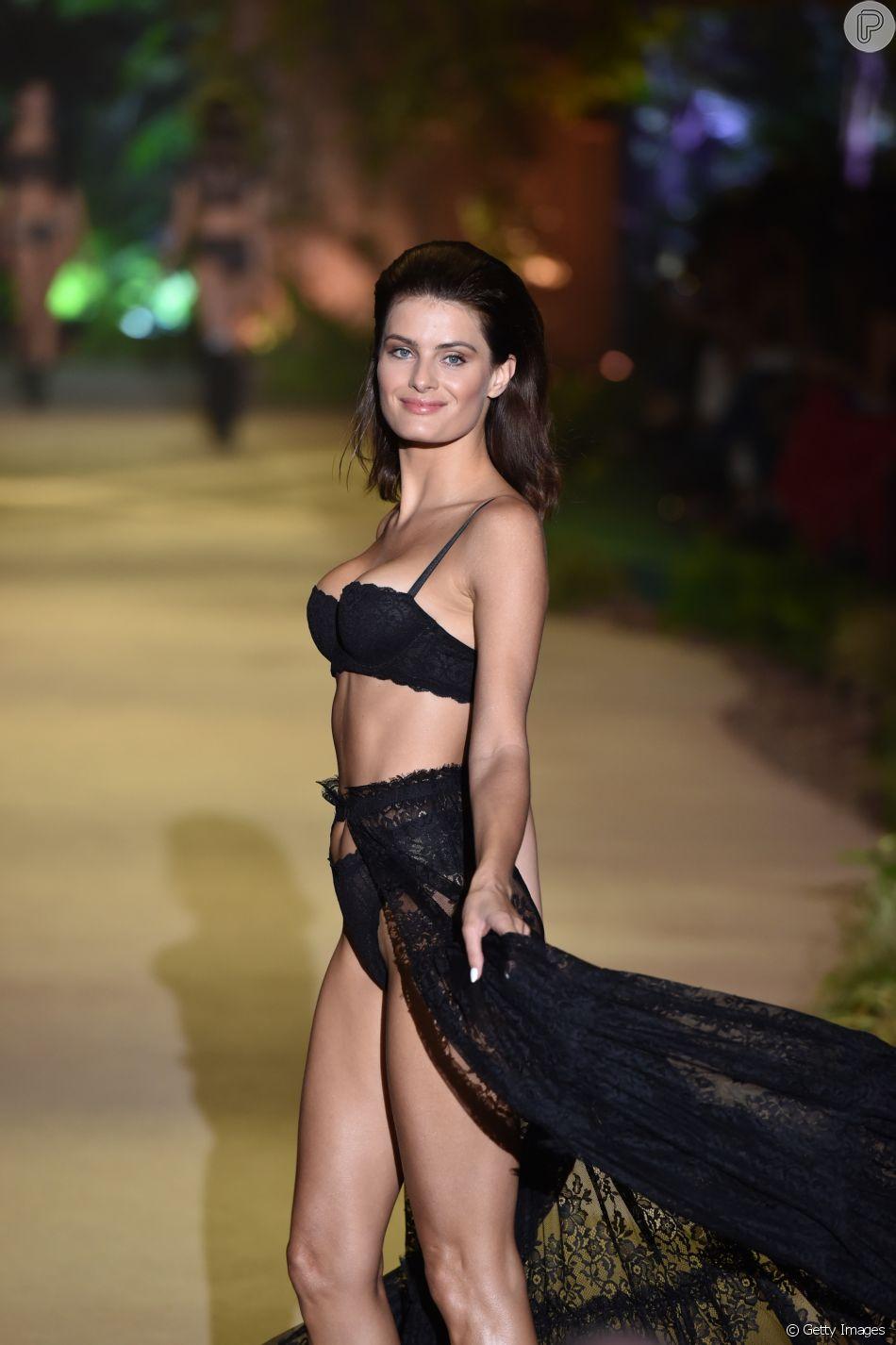 Isabeli Fontana em desfile de lingerie em Verona, na Itália