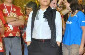 Psy, do 'Gangnam Style', assiste aos desfiles na Sapucaí com o look engraçado