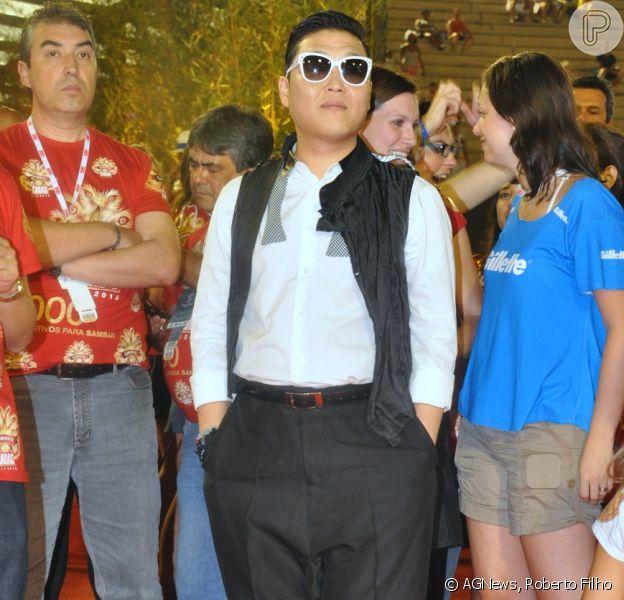 O rapper sul-coreano Psy, intéprete do hit 'Gangnam Style', curte os desfiles da Série A, na Marquês de Sapucaí, no Rio de Janeiro, em 9 de fevereiro de 2013