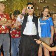 Psy escolhe look engraçado para assistir aos desfiles da Série A, na Sapucaí, no Rio de Janeiro