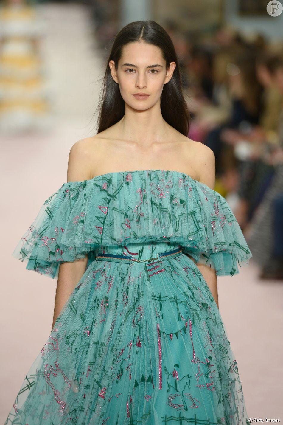 O vestido tomara que caia com babados e estampa floral de Carolina Herrera na NYFW promete ser hit da primavera