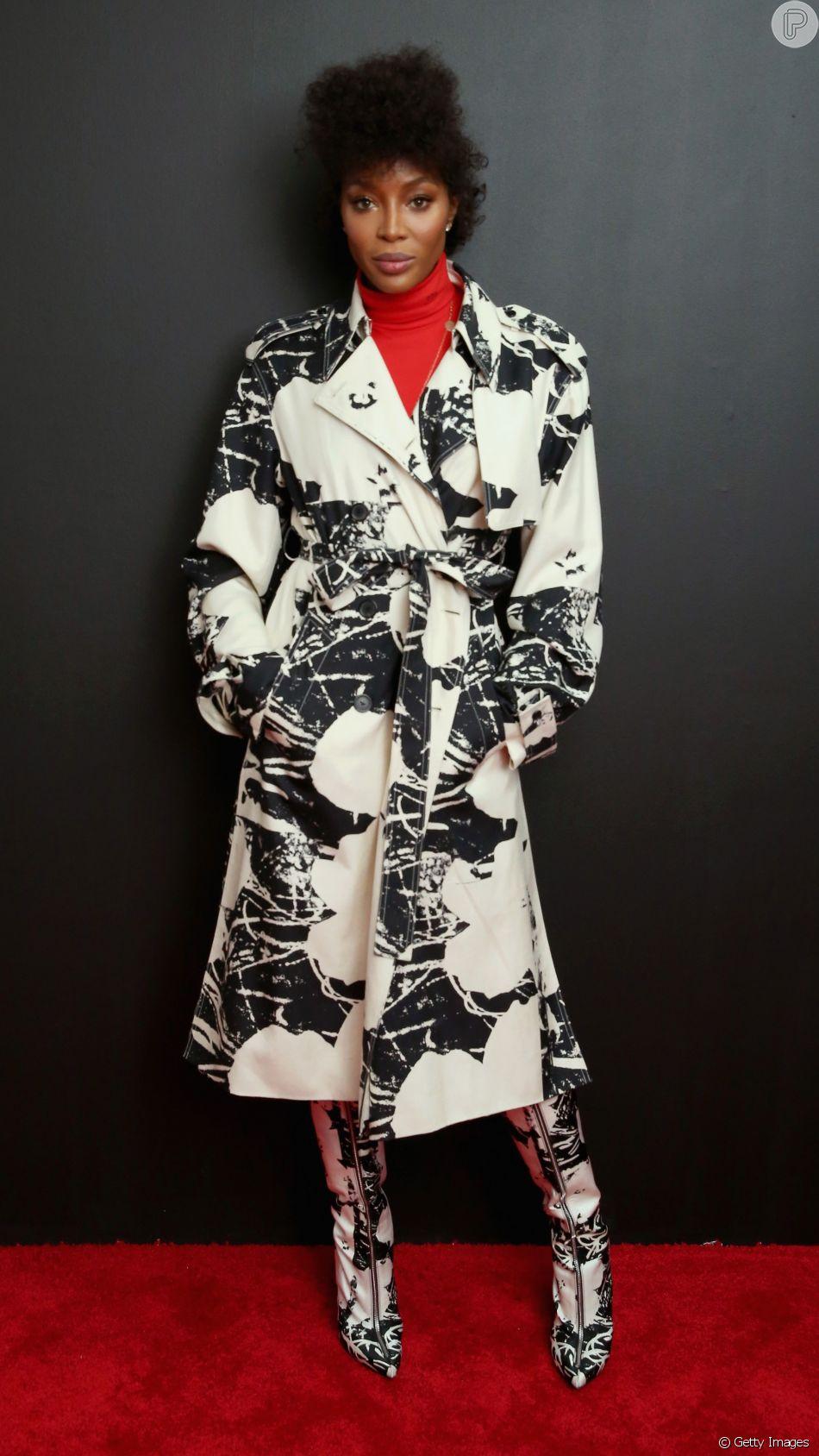 Ousada Naomi Campbell Combinou A Estampa Do Trench Coat E Da Bota Para Ir Ao Desfile Calvin Klein