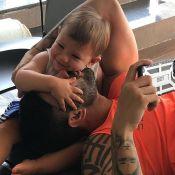 Gusttavo Lima dá beijo no filho Gabriel em foto fofa: 'Grudinho do papai'. Veja!