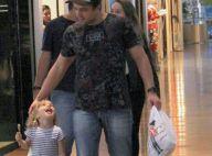 Pai e filha em sintonia! Rafael Cardoso e Aurora se divertem em shopping. Fotos!