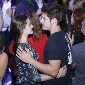 Sem rotular relação, Juliana Paiva e Nicolas Prattes curtem show agarradinhos