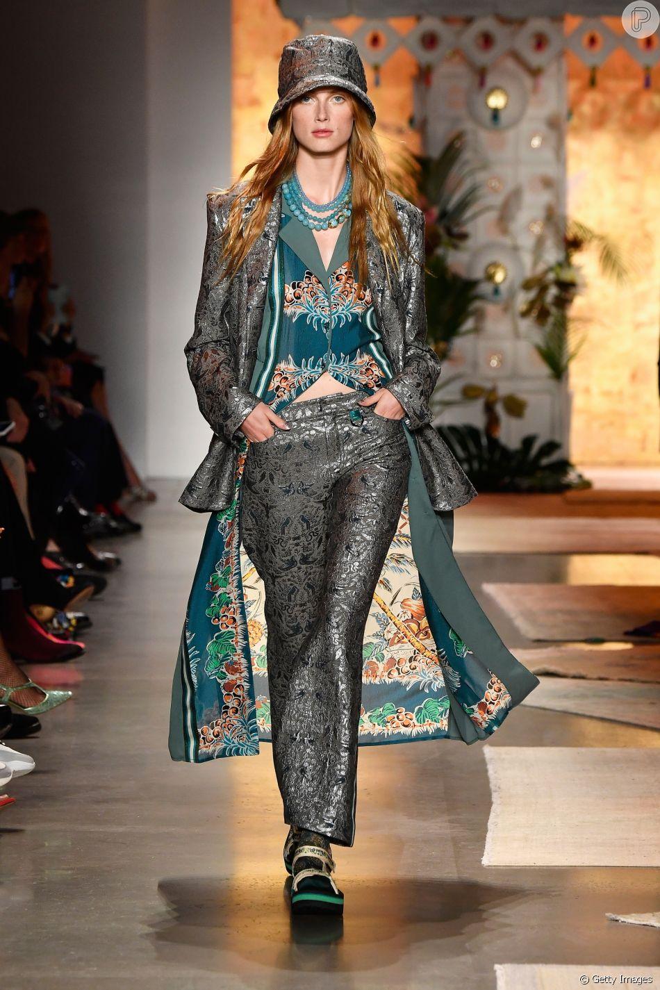 Bucket hat em tecido adamascado compõe o look da passarela de Anna Sui