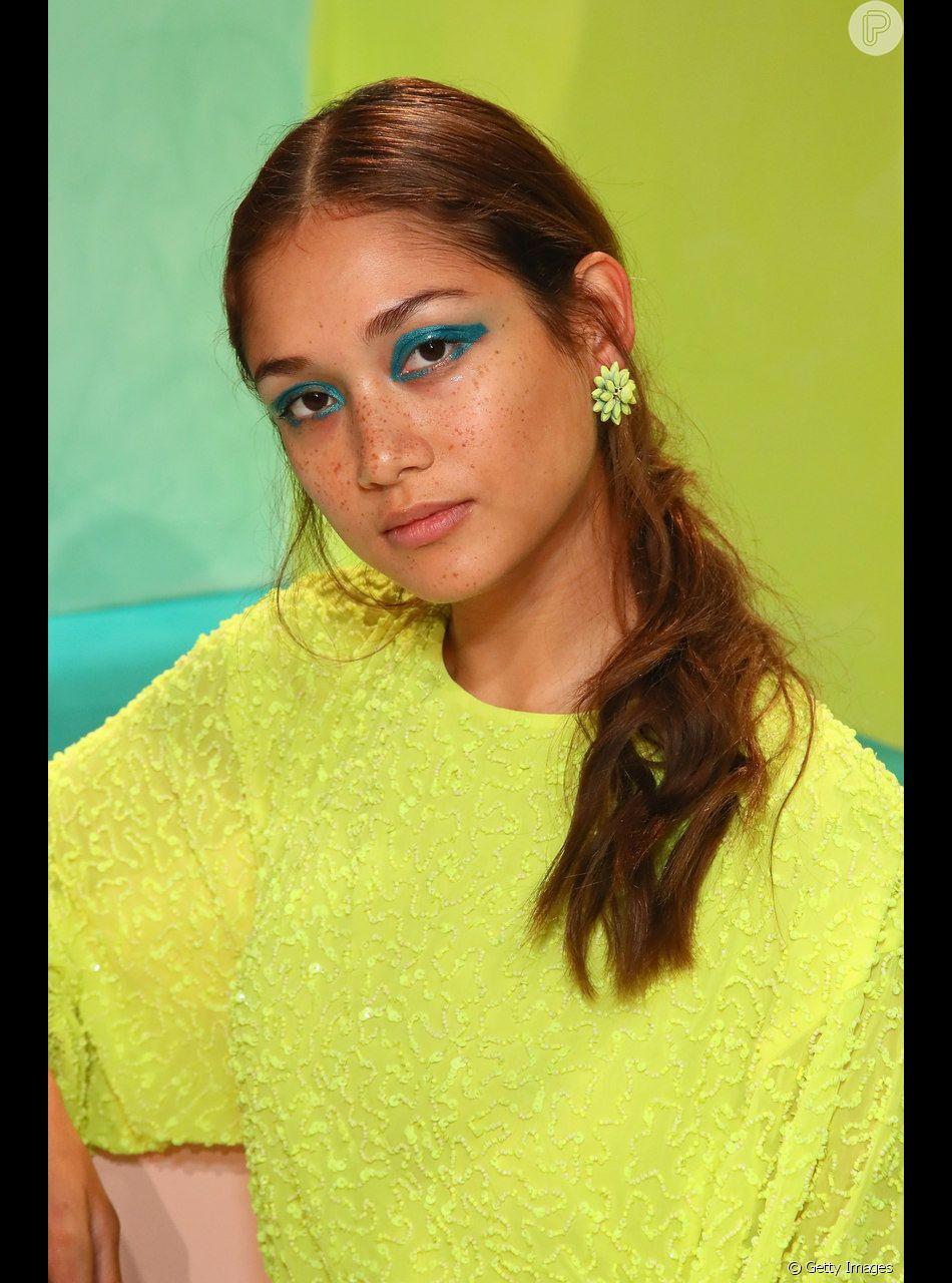 Neon é tendência: use a sombra azul nas pálpebras e deixe a pele natural e leve para a maquiagem com pontos de cor