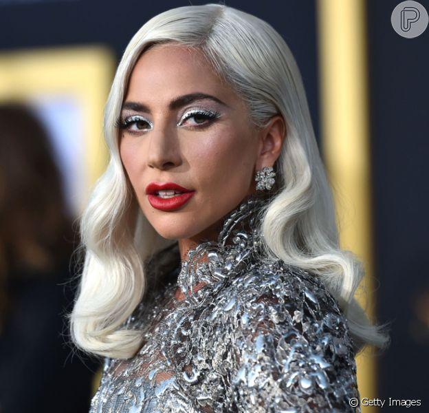 Lady Gaga investe em look prateado para a première do filme 'A Star Is Born' ('Nasce uma Estrela)