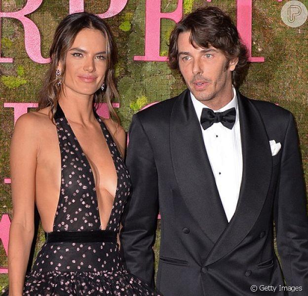 Alessandra Ambrósio surge com novo namorado no Green Carpet Fashion Awards 2018, deste domingo, 23 de setembro de 2018