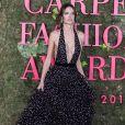 Alessandra Ambrósio  investiu em um vestido superlongo, com decote ao limite, da grife Philosophy by Lorenzo Serafini
