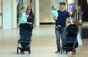 Filha de Michel Teló e Thais Fersoza acena para fotógrafo em passeio com os pais