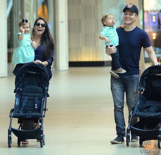 Michel Teló e Thais Fersoza passearam com filhos, Melinda e Teodoro, em shopping do Rio nesta terça-feira, 25 de setembro de 2018