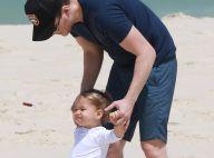 Michel Teló brinca de bola com o filho, Teodoro, em praia do Rio. Veja fotos!