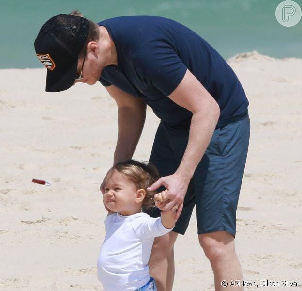 Michel Teló brincou de bola com filho, Teodoro, em praia do Rio nesta quarta-feira, 26 de setembro de 2018