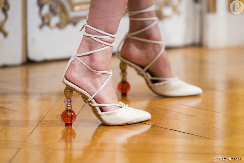 Os sapatos que vão enfeitar os seus pés no verão 2019  os saltos-escultura bbf60a3f3cfa6