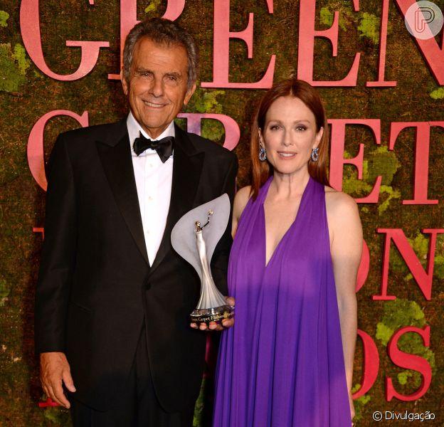 Ferrucio Ferragamo e Julianne Moore na premiação do Green Carpet Fashion Award
