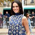 Bruna Marquezine sorriu para os fotógrafos ao chegar para o desfile da Miu Miu em Paris