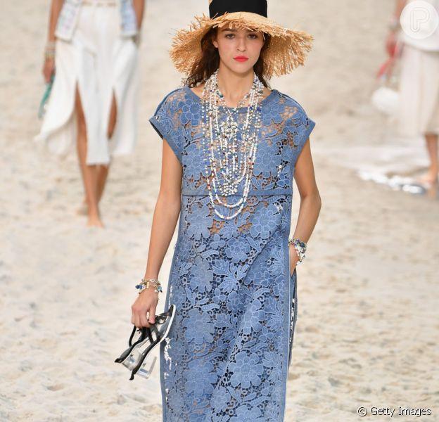 Renda é tendência para o verão 2019, confira looks das passarelas da Semana de Moda de Paris, que termina nesta quarta (3 de outubro). O conjunto azul todo em renda é da Chanel