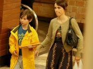 Filha de Débora Falabella exibe cabelo joãozinho em passeio com a mãe. Fotos!