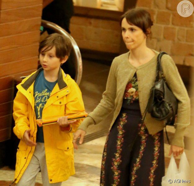 Débora Falabella curte passeio com a filha, Nina
