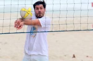 Thiago Lacerda joga vôlei e se refresca com banho de mar em praia do Rio