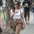 Anitta usou  tênis de couro e calça bomber Gucci para votar no Rio de Janeiro