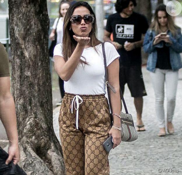 Anitta aposta em look total Gucci para votar no Rio de Janeiro, neste domingo, 7 de outubro de 2018