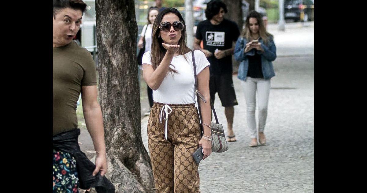 Anitta é fotografada com look total Gucci. Saiba detalhes e preços! -  Purepeople a8c2c252b5