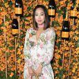 O vestido longo de mangas compridas e estampas rosadas foi a escolha de Aimee Song para o Veuve Clicquot Polo Classic, em Los Angeles