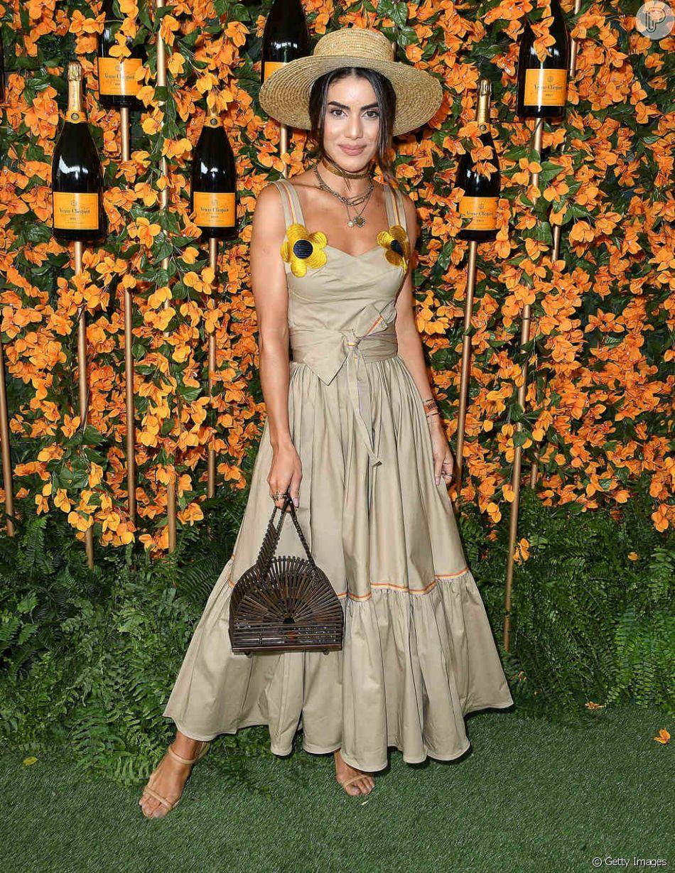 fb76e2371 Detalhe floral: a blogueira brasileira Camila Coelho escolheu um vestido  longo e liso com duas