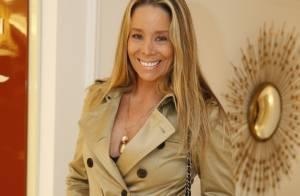 Danielle Winits prestigia inauguração de spa no Rio e faz massagem nos pés