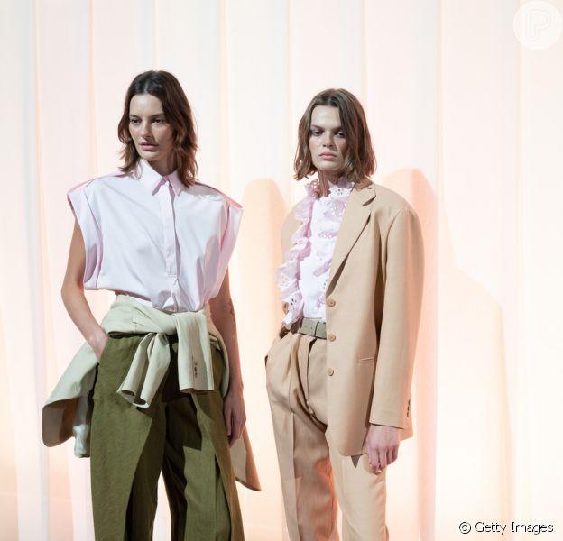 O terninho e a calça cargo podem ser aproveitados em combinações mais leves, como esta proposta pela Alberta Ferretti