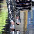 Calças e sapatos metalizados também fazem parte da coleção de verão 2019 da Balmain