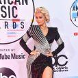 A cantora Bebe Rexha também usou um vestido com detalhes metalizados da Balmain durante o AMA 2019