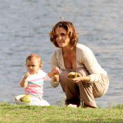 Guilhermina Guinle passeia e brinca com a filha, Minna, ao ar livre no Rio