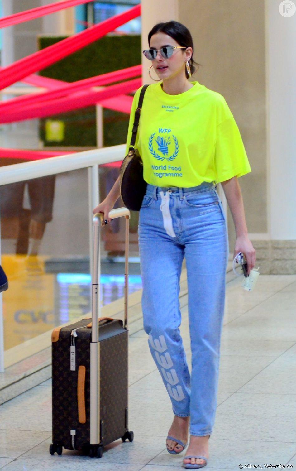 Bruna Marquezine embarca com blusa neon e mala grifada nesta quarta-feira, dia 10 de outubro de 2018